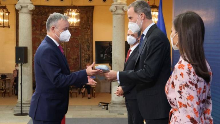 King Philip VI of Spain hands the National Research Award in the Engineering area to José Capmany.